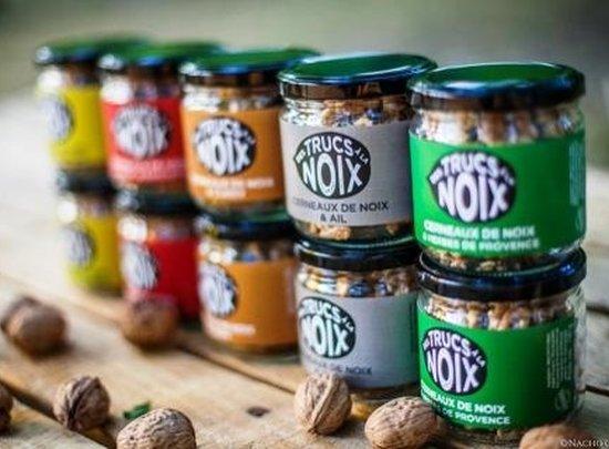 Boites de cerneaux de noix aromatisées