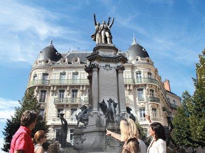 Personnes autours de la fontaine de la place Notre Dame Grenoble