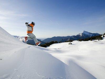 image d'une personne sautant dans la neige