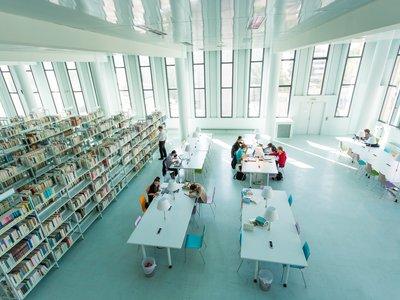 Bibliothèque universitaire sur le campus Grenoble-Alpes