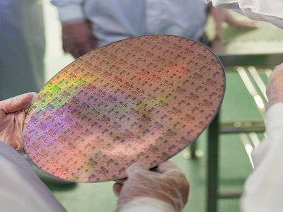 Circuit imprimé dans les mains d'un chercheur